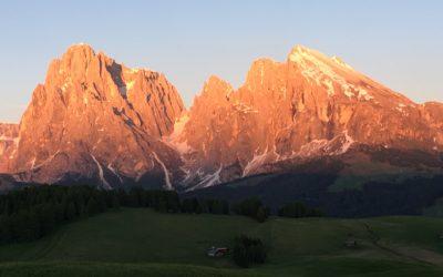 Unterwegs mit dem E-Bike auf der Seiseralm in Südtirol