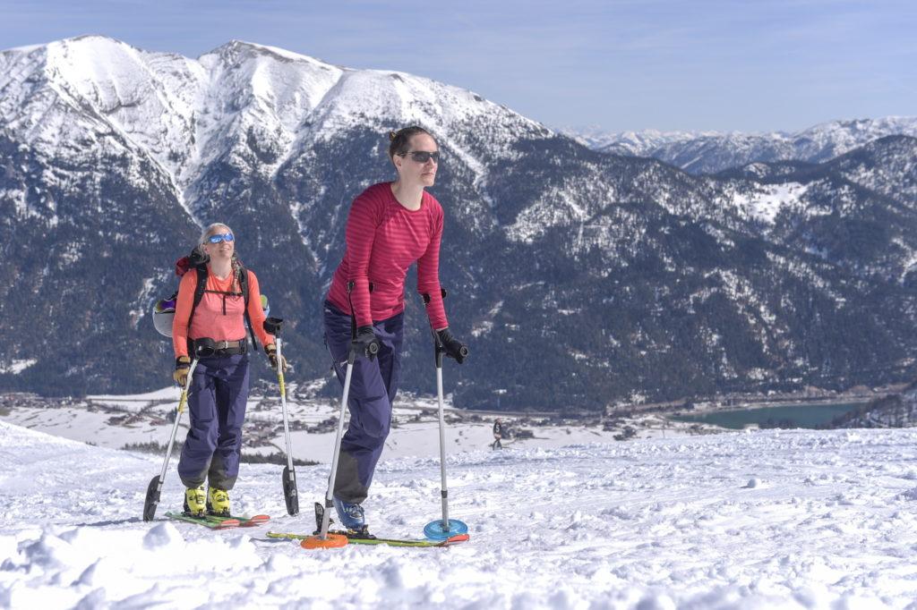 Jacqueline Fritz mit ihrer Skilehrerin Saskia Groos auf dem Weg zum Gipfel